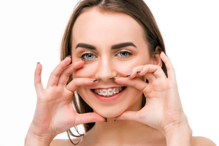 chica muestra su mordida dental