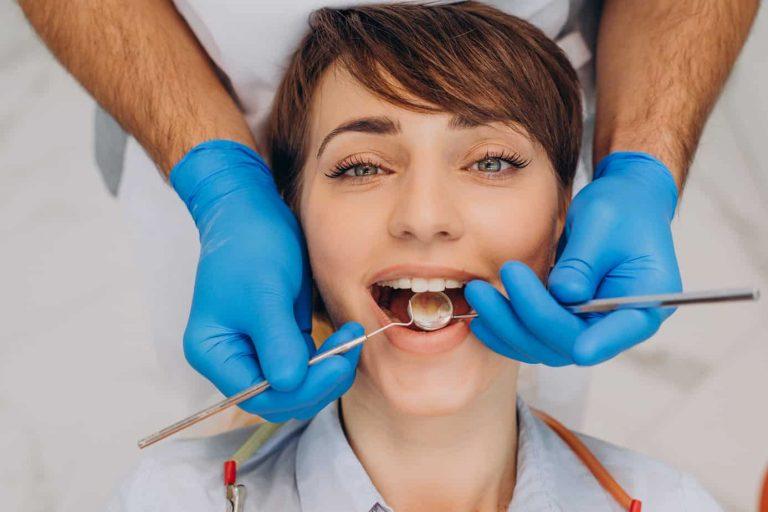 mujer abre la boca en el dentista